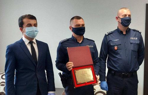 starosta_uhonorowal_policjanta.jpg